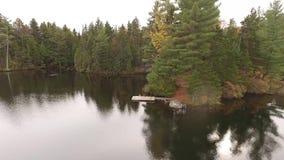Video durch Brummen um Insel in Quebec Kanada stock video