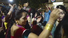 Video einer traditionellen Hochzeit des indischen Punjabi cerremony und des Tanzes stock video footage
