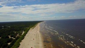 Video för bästa sikt 4K UHD för surr för Vecaki Lettland Östersjön sjösida flyg- stock video