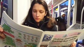 video för 4K UHD av den läs- tidningen för morgon i storstads- spårvagn stock video