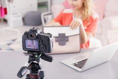 Video för modebloggerfilmande royaltyfri foto