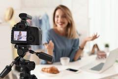 Video för modebloggerinspelning inomhus, fokus på kameraskärm royaltyfria foton