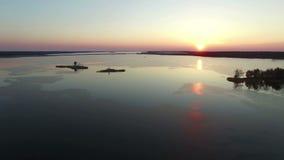 video för sammanställning 4K Flyg över den stora fryste sjön med bron i tidig vår på solnedgången, flyg- sikt lager videofilmer