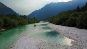 video för sammanställning 4K Flyg och start ovanför Soca River Valley i Slovenien på solnedgången Julian Alps Bovec område arkivfilmer