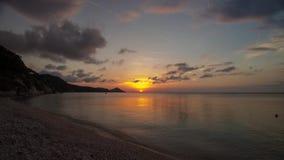 video för schackningsperiod för tid 4K av solnedgången på Capobianco, Elba, Italien arkivfilmer