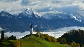Video för Slovenien tidschackningsperiod i morgonen med mist över dalen arkivfilmer