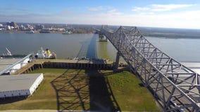 Video för surr för Mississippi bro flyg- stock video