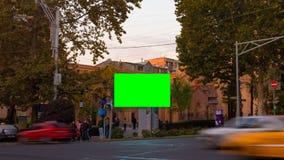 Video för Tid schackningsperiod Annonsering av affischtavlan med den gröna skärmen i mitten av höstcityscapen med suddigt gå arkivfilmer