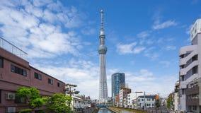 Video för Tid schackningsperiod av det Tokyo himmelträdet med molnig himmel i Tokyo, Japan timelapse