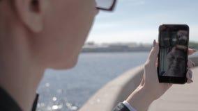 Video för ung kvinna som kallar hans moder på telefonen på gatan lager videofilmer