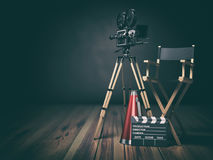 Video, film, bioskoopconcept Retro camera, clapperboard en directeursstoel 3d Stock Afbeeldingen