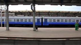 Video filmande av den järnväg plattformen utan folk från flyttning utbildar stock video