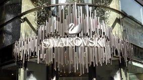 video fine 4k su del deposito di cristallo di logo di marca dei gioielli di Swarovski stock footage