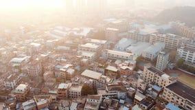 Video fucilazione aerea Fuco volante sopra area cinese tipica Il sole lucida archivi video