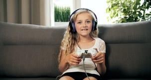 Video gioco di conquista della ragazza stock footage