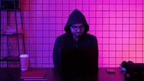Video gioco di sorveglianza del gamer maschio annoiato archivi video