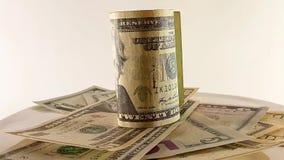 Video 360 gradi, dollari dei soldi su un fondo bianco, un accessorio di musica da ascoltare musica video d archivio
