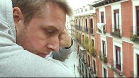 video hand för fps 4k 24 - rymt kamslut upp ung ledsen man i balkongen som ser i ledsen och deprimerad bekymrat för avståndet och lager videofilmer