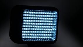 Video heldere verlichtingsleiden, nokkenbewegingen tot de linkerzijde, op zwarte, dichte omhooggaand stock videobeelden