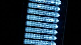 Video heldere verlichtingsleiden, zijaanzicht, draait, op zwarte, dichte omhooggaand stock videobeelden