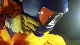 video 4k av den unga caucasian welderen i maskering stock video
