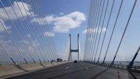 video 4k av den Vasco da Gama bron i Lissabon Springbrunn gräsplan lager videofilmer