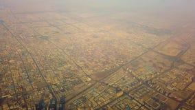 video 4K della vista aerea delle case suburbane in città in deserto, Dubai, UAE video d archivio