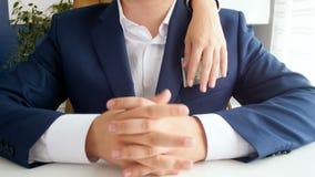 Video 4k der weiblichen Hand versuchend, Geld von businessmans ` Tasche zu stehlen stock video footage