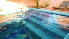 Video 4K des klaren blauen Wassers im kleinen Swimmingpool stock video