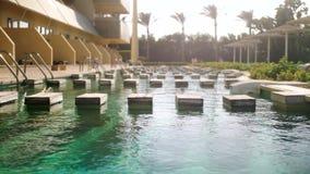 Video 4k des schönen Swimmingpools im Freien gegen hohe Palmen am hellen Sommertag stock video footage
