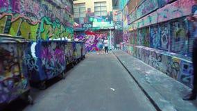 video 4k di camminata lungo il calzettaio Lane a Melbourne, Australia stock footage