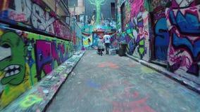 video 4k di camminata lungo il calzettaio Lane a Melbourne, Australia archivi video