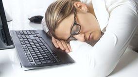 video 4k di giovane donna di affari che dorme sul posto di lavoro all'ufficio Concetto di lavoro e di sovraccaricare duri archivi video