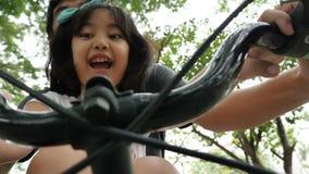 video 4K: Litet asiatiskt barn som cyklar med fadern stock video