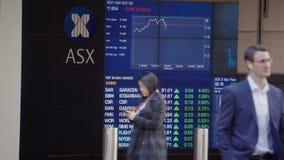 Video 4k von den Leuten, die hinter das Brett der elektronischen Anzeige Sydney Exchange Squares gehen stock video