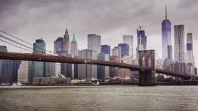 Video 4K von Manhattan und von Brooklyn-Brücke, New York City Schnelle Wolken schwimmen über die Wolkenkratzer, das wolkige Wette stock video footage