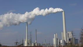 Video, krachtcentrale met schoorstenen en witte rook stock footage