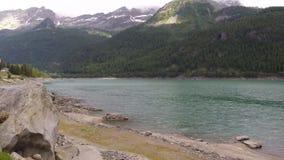 Video lago della montagna di Timelapse nelle alpi italiane Nuvole veloci di volo archivi video