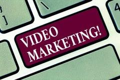Video marknadsföring för begreppsmässig handhandstilvisning Massmedia för affärsfototext som annonserar multimediabefordranDigita arkivfoto