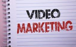Video marknadsföring för ordhandstiltext Affärsidé för Digital för befordran för multimedia för massmediaadvertizing som strategi royaltyfria bilder