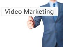 Video marknadsföring - tecken för visning för affärsman royaltyfri foto