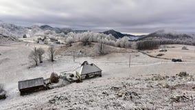 Video metraggio di lasso di tempo delle montagne carpatiche in Romania video d archivio