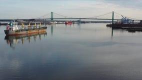 Video minimo volante aereo sul fiume Delaware verso Walt Whitman Bridge Philadelphia archivi video