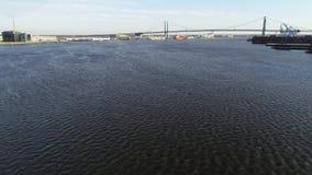 Video minimo volante aereo sul fiume Delaware verso Walt Whitman Bridge Philadelphia video d archivio