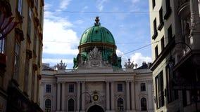 video norr fasad 4k med Michaelertrakt Green Dome av den Alte Hofburg slotten, Wien, Österrike arkivfilmer