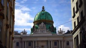 video norr fasad 4k med Michaelertrakt Green Dome av den Alte Hofburg slotten, Wien, ?sterrike arkivfilmer
