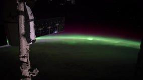 2 video in1 Planetjord som ses från ISSEN Jord och Aurora Borealis från ISS Beståndsdelar av denna video som förbi möbleras arkivfilmer
