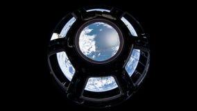 2 video in1 Planetjord som ses från ISSEN Jord till och med hyttventilen av ISSEN Beståndsdelar av denna video som förbi möbleras stock video