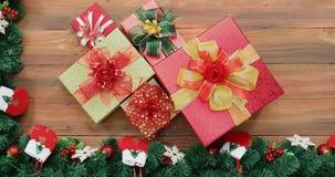 Video posto piano di scena dei contenitori di regalo sulla tavola di legno archivi video
