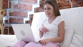 Video pratstund för rengöringsduk på bärbara datorn, genom att skratta kvinnan Royaltyfri Fotografi